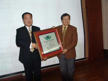 人居环境委员会副主任开彦向蚌埠新湖置业有限公司总经理吕晨授牌